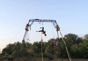 Théâtre La Gargouille Trois Elles trio de cirque aérien portique autonome trapèze cerceau corde